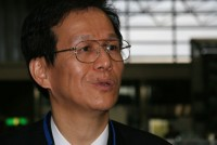 大阪大学免疫学フロンティアセンターの審良静男(あきら・しずお)教授は、「自然免疫」といわれる免疫の仕組みの基礎研究者として世界的に著名である。その審良氏が、2008年10月に名古屋市で開催された日本癌学会学術総会に招かれ、「自然免疫:病原体認識とシグナル伝達」と題する特別講演をした。免疫学者である審良氏が癌学会に招待された意味は何だろうか。どうやら「癌免疫療法」という治療法と関係があるようだ。