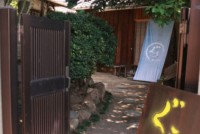 古い町並みが残り、「家プロジェクト」が展開される直島・本村地区。「和cafeぐぅ」はその一角の古民家を利用して3年前に開店した。高松市にある香川大学の学生たちが出資し、自分たちで店を経営する「学生ベンチャー」のカフェである。店内に「和cafeぐぅ」の三代目店長、下田達郎さん(22)=香川大学経済学部4年生=に話を聞いた。