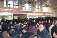 お正月と聞けば日本人は、初詣やおせち料理と言った楽しい行事とともに、鬱陶しい帰省ラッシュのことも思い出すだろう。しかし、中国の旧正月における帰省ラッシュは、日本の比では無い。毎年、深刻な帰省ラッシュに悩まされている中国では、今年から鉄道チケットを実名で購入する制度を試行することになった。