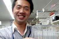 これまで培養の難しかった微生物 を培養できれば、産業や学術は大きく発展する可能性がある。これに挑戦しているのが早稲田大学高等研究所の 青井議輝(よしてる)助教だ。