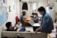 単身者同士が一緒に暮らす「ルームシェア」が、若者の間で急速に広がっている。早稲田駅から徒歩1分、閑静な住宅街にある4階建てのアパート「いなほハウス」もその1つ。1階の1LDK(42平方メートル)で、男子学生8人が共同生活を営んでいる。