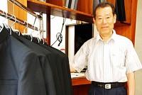 1920年に開店した神崎洋服店は今、早稲田大学の早稲田キャンパス周辺に残る最後の洋服店だ。西早稲田商店街の2階建ての建物で、看板は昔のまま。だが、学生が学生服を着なくなり、紳士服も安売り店に押されて、商売は厳しい。後継者もいず、「これからどうなるか私も分からない」とオーナーの神崎和通さん(70)。最後の洋服店も、いずれ消えていくのだろうか