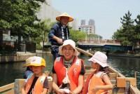 東京都心は江東区、スカイツリーに程近い横十間川親水公園で、お江戸体験はいかがですか。船頭さんがこぐ昔ながらの「和船」に、無料で乗ることができるのだ。運営は、和船操船の伝統技術を保存する「和船友の会」。中学生から95歳までの男女60人が、ボランティアで和船の魅力を伝えている。