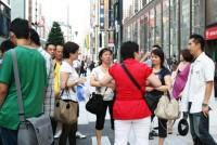 東京を代表する繁華街、銀座。通りをぶらつくと、歩道を埋め、店にあふれる中国人の多さに驚かされる。銀座1丁目と8丁目の路肩には、中国人ツアー客を運ぶ観光バスが毎日ぎっしりと並ぶ。迎え入れる大手百貨店や専門店は、中国人客への対応で必死だ。しかし、彼らは期待通りにたくさんの買い物をしているのだろうか。