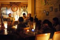 「ただそれだけでいいよ、ただそれだけでいいよ」。7月7日の夜、東京・三軒茶屋の小さな空間に、温かい歌声が流れた。電灯は消され、キャンドルの揺らめく光だけが、あたりをほんのりと照らす。ここ「OHANAカフェ」では、エコとピースをテーマにいくつものイベントが開かれ、お客の心をひきつけている。
