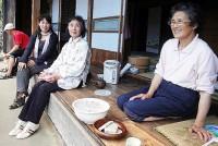 縁側でお茶を一杯すすりながら過ごす日曜日なんていかがだろう。静岡県の山中、大間集落の民家7軒で、3年前に始まった「縁側お茶カフェ」。お茶の名産地が誇る味と、標高800mから見渡す絶景、そして住民のお年寄りたちの温かい気持ちがあなたをおもてなしする。