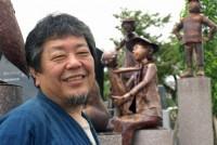 「僕の作った銅人形が、夜中にひとりでに動き出す姿を想像するとワクワクするじゃない」。東京都立川市に住む赤川政由さん(60)は、大きな体を揺すりながら話した。25歳で銅版造形作家となって以来、作り続けた300体以上の銅人形が、全国の街角で道行く人をなごませている。