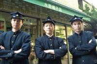 戦前、戦後を通して、多くの学生が学生帽をかぶってきた。なかでも、早稲田大学の角帽の形は特殊だ。他の学生帽よりも、頭上の「天井」部分のひし形が大きく角ばっている。創始者の大隈重信が「どんなところでも、早稲田の学生と分かるように」と作らせた。年々、かぶる人は減ってきているが、今も角帽を作り続ける職人と愛用する学生がいる。