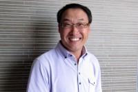 1980年代、中国からの日本への留学ブームが起きたころ、一人の若者が内モンゴルから東京へやってきた。彼は亜細亜大学大学院の修士課程で学び、NHKの中国関係ドキュメンタリー制作チームのアルバイト・スタッフとなった。以来、現在まで、彼は独自の視点で数多くの中国関係映像作品を作ってきた。留学生からベテランのドキュメンタリー・プロデュサーまでの道のりはどんなものだったのか。そして彼自身のこだわりとは。映像制作プロダクション会社の泰山コミュニケーションズ代表・張景生さんに会った。