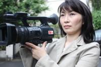 ビデオカメラを手に世界中の紛争地域を駆け回る。山本美香さん(44)はアフガニスタンや、コソボ、チェチェン、イラクなど、10カ国以上を取材してきた、日本人女性では数少ない戦争ジャーナリストの一人。「戦争がなくなる方向に人の心を動かす努力を惜しまない」ことが信念だ。 (この記事は2011年春に取材、同年7月に掲載したものです。再掲載します)