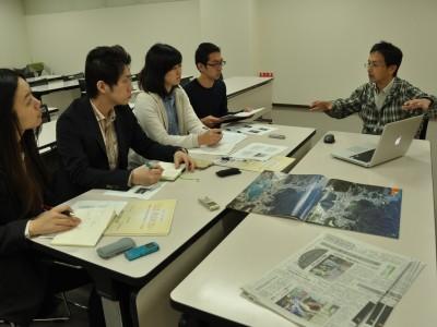 ジャーナリズムコースの学生のインタビューに答える佐藤紀生さん