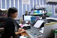 石巻のコミュニティFM「ラジオ石巻」のアナウンサー高橋幸枝さんは、震災当日、自分の子供たちの安否を心配ながら、被 災者が求める地震・津波情報や安否情報をスタジオから生放送で伝え続けました。15年のアナウンサー歴を持つ高橋さんに当時のお話をうかがいました。