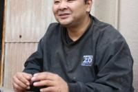 「石巻工房」は、東日本大震災後の2011年6月に宮城県石巻市に設立された。被災地におけるものづくりの場として注目され、「ヤフー石巻復興ベース」の協力を得て広く外に情報発信をしている。石巻工房長を務める元寿司職人の千葉隆博さんにお話をうかがった。