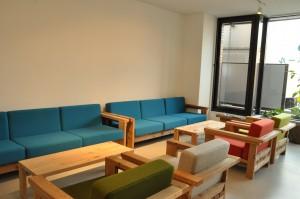 ヤフー石巻復興ベースには石巻工房製のソファーなどが展示されている=段文凝撮影