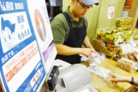 早稲田、高田馬場発祥の「アトム通貨」が、今年で流通10年を迎える。ピーク時の2005年には全国で300種類以上が流通していたといわれる地域通貨は、地域活性化と結び付かずに失敗してしまう事例も少なくない。早稲田・高田馬場エリアでは、学生と地域をつなげる新たな取り組みとして、「学生×地域(ヒトマチ)=∞」プロジェクトが始動している。