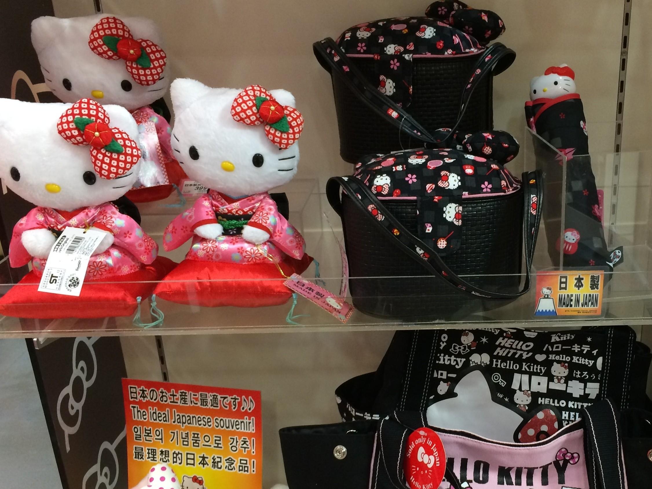ハローキティなどのキャラクター商品で知られるサンリオ(本社・東京、東証1部上場)の東京・銀座の直営店「サンリオワールドギンザ」で、「日本製」「MADE IN JAPAN」と明記したカードが置かれている棚に中国製の商品が陳列され、販売されていたことが早稲田大学ジャーナリズム大学院の学生らの取材班の調べで分かった。商品のタグには小さな文字で「MAED IN CHINA」と記載されているが、中には、その記載部分の上に価格表示のシールが貼られている商品もあった。取材班の指摘に対して、同店の店長は1月14日「担当者の間違いだった」と説明し、これらを是正した。 【トップの写真は、日本製を明示するカードの棚に置かれた中国製の折りたたみ傘と手提げバッグ=2014年1月4日撮影】
