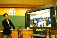 福島第一・第二原発の事故で漏れ出た放射線をめぐり様々な解釈があるなか、子どもに指導する立場として放射線をどうとらえ教えていくのか。教育現場の教師たちは事故直後から今にわたり模索し続けている。醸芳中学校は、2013年6月に福島県教育委員会から放射線教育の実践推進校として指定され、同年11月に県内の教員を対象とした公開授業を初めて行った。先生方に放射線のリスクを生徒にどう伝えているのかお話を伺った。(写真は公開授業の様子を紹介する日下部教諭)