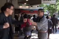JR浅草橋駅の東口前で、朝の通勤ラッシュ時に20年間、通行人に「ガッツ」という掛け声をかけ続けている男性がいる。嵯峨完さん(65)。浅草橋にある居酒屋「おさかな本舗・たいこ茶屋」の店主を務めている。嵯峨さんは仙台市出身で、東日本大震災以降は宮城県の南三陸町などの被災地にも足を運び、「ガッツ」を届けている。何故、この活動を始め、続けているのだろうか。ガッツおじさんの日常に迫った。