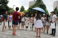 早稲田大学のキャンパスを回るツアーは、年間1万5千人が参加する国内最大規模の人気ツアーだ。1989年のスタートから25年。これまでの参加者数は23万人を超え、質の高い学生ガイドに支えられている。