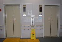 国内の8割以上のエレベーターで、ブレーキを二重にするなどして、1つのブレーキが故障した際に扉が開いたまま動くことを防ぐ新基準の安全装置(戸開走行保護装置)が設置されていない。国土交通省は「安全装置が設置されたエレベーターは、国内にある約70万台のエレベーターの2割未満で、10数万台程度だ」と話す。その国土交通省の庁舎エレベーターにも同装置は2016年1月現在、設置されていない。新基準の安全装置は、2009年9月の建築基準法施行令の改正によって設置が義務付けられたが、施行令の改正前に設置されたエレベーターは義務化の対象外となっているだめだ。既存のエレベーターの安全性は改善されないままで、エレベーター事故の遺族から批判が出ている。 (上の写真は2006年6月に戸開走行事故が起きた事故現場で。事故を起こしたエレベーターは現在、既に交換されている=東京都港区 2016年1月撮影)