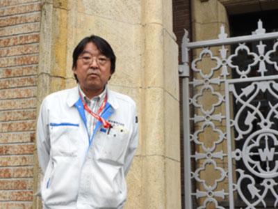 早稲田大学のシンボルである大隈講堂では、午前8時から午後9時まで日に6回、時計塔の最上部に設置されたハンマーが大小四つの鐘をたたき、荘厳な音を奏でる。1927年に建てられて以来、早大生に親しまれてきた音を守るのは、共栄音響の菅野光浩さん(53)。2007年から鐘の保守を担っており、「大学の象徴にかかわれることは誇りです」と話す。