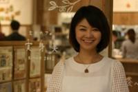 東京・大手町の玄米カフェ「実身美(サンミ)」。木を基調とした明るい店内で多くの人が注文するのは、玄米とサラダ、メイン料理、野菜の小鉢2種類が載ったワンプレートメニューだ。千円で健康的な食事ができるのが人気で、毎日200人を超える人が訪れ、昼過ぎには店の外まで行列ができる。「家族に食べさせたいと思える食事を提供したい」と、大塚三紀子(みきこ)さん(39)が、大阪・あべの店などに続いて2015年7月に開いた。「従業員の個性を生かし、訪れた人に感動してもらえる店をつくりたい」と語る。