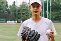 地震で大きな被害を受けた熊本で今月5日、全早慶戦(オール早慶戦)が開催される。注目は早稲田大学の大竹耕太郎投手(22)だ。高校時代は熊本の済々黌(せいせいこう)のエースとして甲子園出場を果たし、早稲田に進学後は、1、2年時にリーグ戦で好成績を収め、大学野球界でも注目されるピッチャーとなった。だが、3年の春季リーグ戦の最中に熊本地震が発生、その後はピッチングに影響が出はじめた。今回の熊本大会は、大竹投手にとって久しぶりの先発マウンドとなる予定だ。地元での試合に掛ける思いを聞いた。  (トップの写真:熊本での全早慶戦に先発予定の早稲田大学・大竹耕太郎投手)