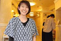 寄付活動を通じて、提供者にもハッピーになってほしい―。東京都中野区にある美容室「ラシーヌ」のオーナースタイリスト、酒井通江(ゆきえ)さん(44)は、髪の毛の寄付活動にかかわって5年になる。髪を贈られて喜んでくれる人たちの存在を伝えることで、お客さんにも満足感を持ってもらいたいと願う。