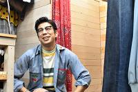 国産の古着を通して、おしゃれの基本を伝えたい――。そう語るのは、東京都新宿区西早稲田で「古着処・丸実(まるみ)商店」を営む實方恒平(じつかた・こうへい)さん(35)だ。今年で13年目を迎え、今年5月には、一軒先にリニューアルオープンした。店内には1960年代から現代までの国産の古着が並ぶ。国産古着にこだわるわけを聞いた。