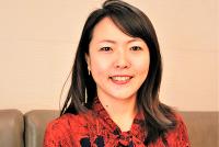 幼少期から異文化と多様性を楽しく学べる環境を――。東京都世田谷区在住の今西由加さん(44)は、2017年3月、留学生によるシッターサービス「chezmo family(シェズモファミリー)」を開始した。日本の大学に留学している海外からの学生が、子供の迎えから家でのシッティング(世話)まで担当してくれるサービスだ。なぜ今、留学生によるシッターサービスなのだろうか。