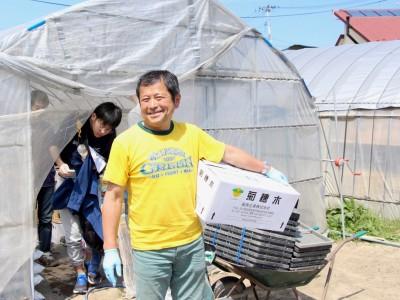 「農業で食っていけることを証明したい」と、東京から招いた学生に語りかける川村博さん=2017年5月5日、福島県浪江町、森江勇歩撮影