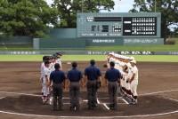 地震で大きな被害を受けた熊本で8月5日、現役選手にOB選手を加えた全早慶戦(オール早慶戦)が開催された。もともとは昨年の夏に開催される予定だったが、震災の影響で中止となり、今年ようやく実現した。熊本出身で、高校時代に済々黌(せいせいこう)のエースとして、夏の甲子園大会、春の選抜大会に出場した左腕、早稲田の大竹耕太郎投手(22)が先発で出場。熊本城公園内にある藤崎台県営野球場には、早慶のOB、済々黌の関係者ら多くの県民が訪れ、スタンドを埋めた。早稲田大学、慶應義塾大学両校の応援指導部やチアリーダーズも駆け付け、神宮球場さながらの光景が広がった。  (トップの写真:試合前に挨拶をする早稲田大学と慶應義塾大学の選手たち=2017年8月5日、熊本県熊本市中央区、藤崎台県営野球場、森江勇歩撮影)