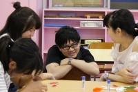 様々な生きづらさを抱えた子供達に家庭や学校以外の居場所を提供するNPO法人、ハーフタイム(東京都葛飾区、石原啓子理事長)。2010年に当時、早稲田大学在学中だった三枝功侍さん(30)が立ちあげた。心を閉ざしがちな子供達に寄り添い続け、「クサさん」の愛称で親しまれている。子供達が自分たちの居場所を見つけ、同団体を必要としなくなる日まで、「いま彼らが求めること、自分が出来ることをしたい」と話す。  (トップの写真:子供達にとってお兄さん的存在の三枝功侍さん=2018年6月13日、東京都葛飾区金町、ハーフタイムのたまり場、金安如依撮影)