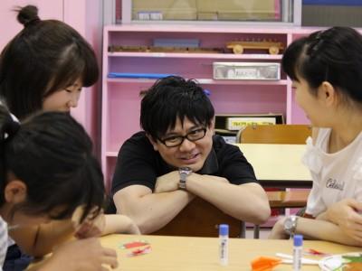 子供達にとってお兄さん的存在の三枝功侍さん=2018年6月13日、東京都葛飾区金町、ハーフタイムのたまり場、金安如依撮影