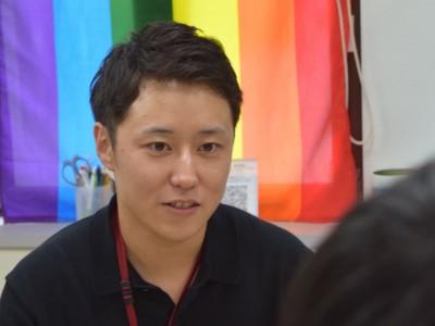 早稲田大学GS(Gender and Sexuality)センターは、開設から2年目を迎えている。学生や職員の多様な価値観や生き方を尊重するキャンパスを目指し、ジェンダーやセクシュアリティに関する悩みを抱えた学生や職員のより所として活動している。学生や職員からの声が制度改革につながる例も出てきた。しかし、意識面での変化は道半ば。「整ってきた制度にどれだけ心が追いつくかです」と同センター専門職員の渡邉歩さんは語る。誰もが暮らしやすい社会のために、何が必要なのか。  (トップの写真:学生からの相談に応じる渡邉歩さん=2018年7月10日、早稲田大学GSセンター、戸恒幾汰撮影)