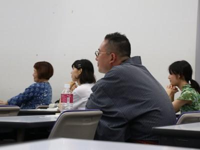 早稲田大学教育学部で、落語を通して教員の授業技術向上を目指す講義が行われている。教職課程の授業のひとつで、講師は現役の落語家。落語の導入部分「まくら」や、観客との真剣勝負の様は、授業で生徒と向き合う教師の姿勢と通じるところがあるという。「面白い先生」の養成を目指す、同学部国語科の講義をのぞいてみた。  (トップの写真:落語の実演に聞き入る金原亭馬治さん(手前)と金井景子教授(左奥)、学生たち=2018年6月29日、東京都新宿区の早稲田大学、門間圭祐撮影)