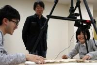 2011年の東日本大震災から7年。阿部浩一福島大学教授(50)は、「ふくしま歴史資料保存ネットワーク」の代表として、震災で危機に瀕した歴史資料を保存する活動を続けている。被災地の記憶を次の世代へ残すため活動する阿部教授を追うと、福島の人と共に歩もうとする姿が見えてきた。  (トップの写真:明治期の手紙を一枚一枚、丁寧にめくり、シャッターに収める阿部教授と学生たち=2018年5月23日、福島大学、門間圭祐撮影)