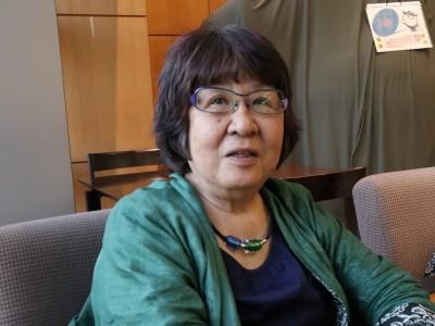 「セクシュアル・ハラスメント」は、29年前の裁判がきっかけで広まった言葉だった。この訴訟を担当したのは第二東京弁護士会所属の角田由紀子さん(75)。元財務事務次官による女性記者へのセクハラ問題で、財務省が被害者に名乗り出るように求めた際、撤回を求めて署名活動を行った。30年近く「セクハラ」問題と向き合う角田さんに、自身の体験と照らし合わせて現状をどう見ているか聞いた。  (トップの写真:「30年経っても性差別の構造は変わっていない」と語る角田由紀子弁護士=2018年6月21日、東京都千代田区の弁護士会館、平木場大器撮影)