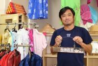 今年4月に改正入国管理法が施行され、日本は今後より多くの外国人を受け入れるようになる。横浜市の仏向小学校で国際教室を担当する菊池聡先生(52)は多様な文化を尊重する学校の環境づくりに携わっている。「隣にいる人とうまくいくためにお互いの納得のいく方法を考えていくのが多文化共生」だと話す。  (トップの写真:各国を旅して集めた民族衣装の前で、多様なルーツを持つ子どもたちについて語る菊池聡先生=2019年5月20日、横浜市保土ヶ谷区の横浜市立仏向小学校、萩野愛撮影)