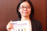 長年JVC(日本国際ボランティアセンター)で、北朝鮮への交流事業に関わり続けてきた寺西澄子さん(42)は、今年度も「南北コリアと日本のともだち展」の開催に向け準備をしている。日本・韓国・北朝鮮・中国の子どもたちが同じテーマで描く絵を集め展示する。かつて人道支援を通して出会った子どもたちの日常を日本社会に伝えたいという思いから始まった。18年目を迎える今回のテーマは「わたしの金メダル」。子どもたちが今、褒めてあげたい人を思いながら絵を描いた。作品は来年2月中旬から大阪・東京などで展示される予定だ。  (トップの写真:「交流事業を通じて会った子どもたちが宝物」と語るNPO法人「ayus仏教国際協力ネットワーク職員」の寺西澄子さん=2019年5月19日、東京都新宿区の早稲田大)