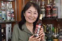 東京都中野区でウォッカ専門のネットショップ「ヴォードチカ」を経営する遠藤洋子さん(79)は昨年9月、「日本ウォッカ協会」を設立した。かつてソ連崩壊で人気銘柄の輸入が止まり、愛好家が途方に暮れた時期、数少ない専門輸入業者として人気6銘柄の輸入再開に「孤軍奮闘」した。今回の協会設立の背景にも、自分が守ったものを次世代に伝えていきたいという思いがあるのだという。  (トップの写真:「スタルカ」を手に微笑む遠藤洋子さん。事務所の棚にはさまざまな銘柄のウォッカが並ぶ=2019年5月18日、東京都中野区、中西慧撮影)