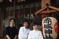 神楽坂にある赤城神社で7月7日、今年も七夕祭が行われた。地域のアーティスト団体と協力して、日本舞踊などの伝統芸能の奉納に加え、音楽ライブなどを開催した。同神社は、9年前に建て替えられた。モダンな雰囲気が話題を呼び、地域の外から若者や外国人観光客が訪れるようになった。氏神として地域を守る役割と、観光名所としての役割を持つ赤城神社を訪ねた。  (トップ写真:左から、F/Actoryの今野誠二郎さん、宮司の風山栄雄さん、巫女の宇田川結香さん=2019年7月14日、新宿区神楽坂赤城神社、吉田光希撮影)