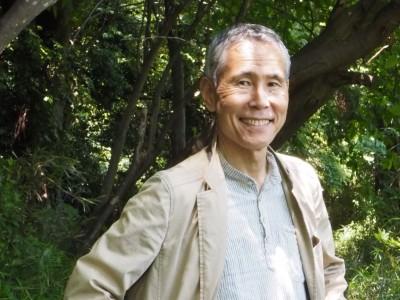 環境運動家で明治学院大学教授の辻信一さん(67)は、のんびり生きることで、環境と文化を守り、心身も健全に保つという「スローライフ」を訴えてきた。2003年からは毎年夏至の日に電気を消して、ろうそくの灯りのもとで大切な人とスローに過ごす夜を呼びかける「100万人のキャンドルナイト」を開催してきたが、あえて2012年に終わらせた。その後、農作業など様々な活動を通して、実践しているというスローライフについて聞いた。  (トップ写真:大学の隣にある公園はお気に入りの散歩コースという辻信一さん=2019年5月17日、横浜市戸塚区舞岡公園、吉田光希撮影)
