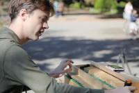 割り箸を使い、世界に1つだけの木製弦楽器「割り箸ピアノ」を自ら製作しているサミエルさん。2006年にアメリカから来日し、自分が求め続ける音をより多くの人に伝えるために東京を拠点にイベントなどに参加している。